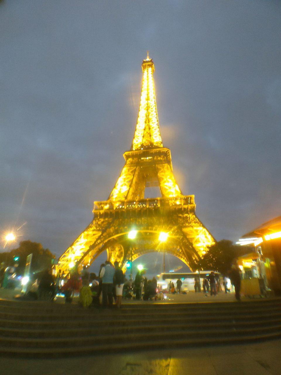 Kaki Lima di Bawah Menara Eiffel
